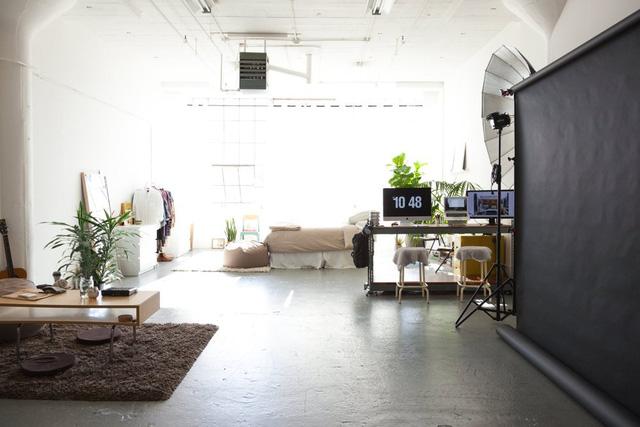 Căn hộ gần như chỉ có một phòng lớn giúp không gian trở nên rộng rãi.