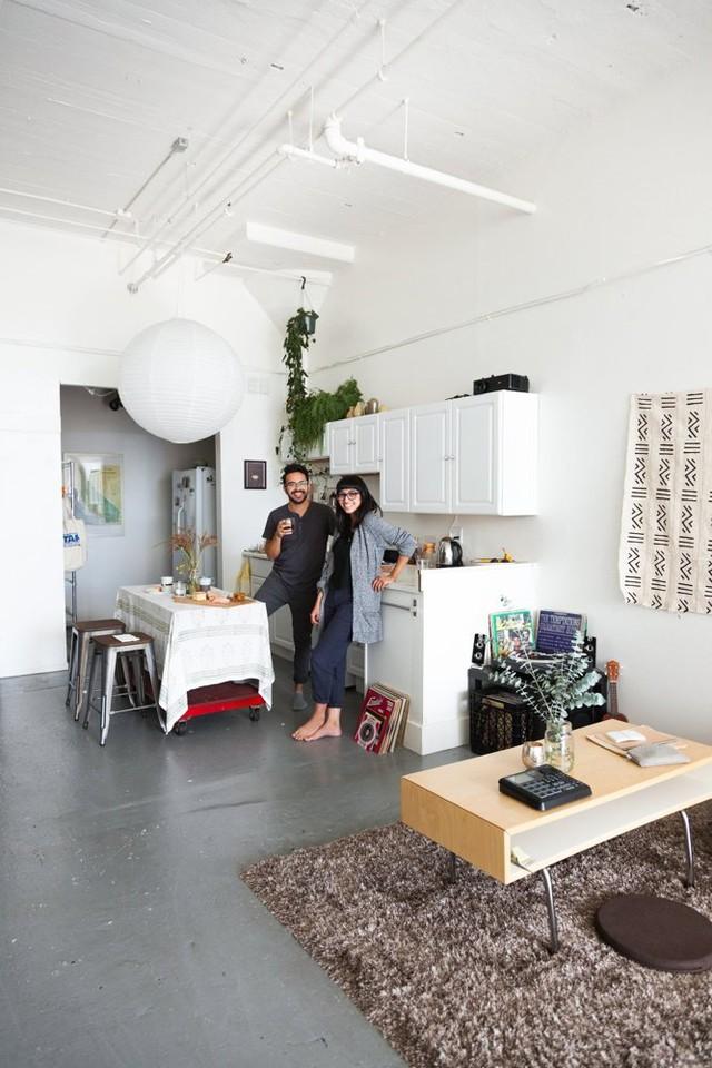 Góc bếp và bàn ăn được bài trí gọn gàng ở một góc trong căn hộ.