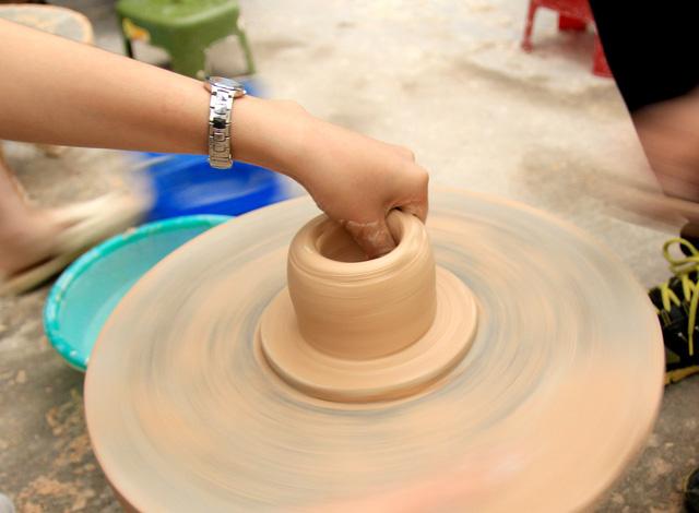 Trải nghiệm tự tay làm gốm rất thú vị và thu hút khách tham quan.