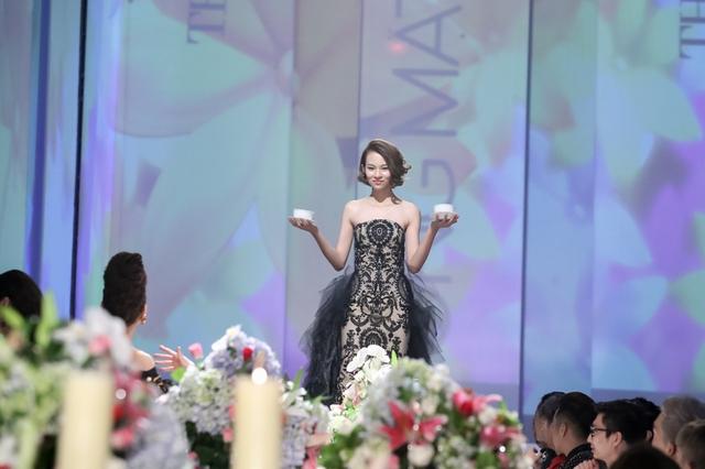 Phí Phương Anh bị khách mời làm khó, cô vừa giữ hai cốc nước vừa sải bước trong trang phục dạ hội. Thiết kế váy bồng xòe làm khó những bước chân của thí sinh.