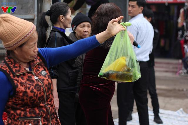 Một tiểu thương cho biết, sau vụ cháy, sạp hàng bán tạp hóa vài chục triệu đồng của bà chỉ còn sót lại chai nước rửa bát.