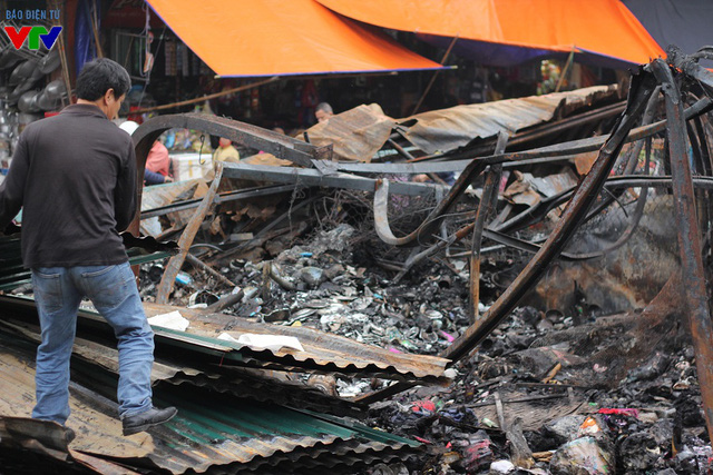 Do đám cháy xảy ra vào ban đêm, kèm theo gió lớn nên ngọn lửa phát tán rất nhanh và rất khó dập tắt.