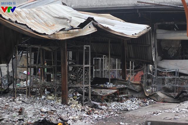 Theo người dân, trước đó, đêm 30 rạng sáng ngày 31/12, ngọn lửa kèm theo mùi khét bắt đầu từ cửa hàng vàng mã, bát đĩa sau đó nhanh chóng lan nhanh qua các gian hàng khác.