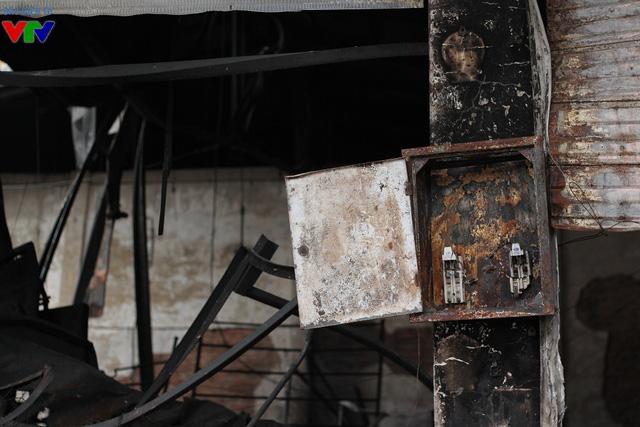 Hộp cầu dao trong chợ đã bị chập cháy và thiêu rụi hoàn toàn.