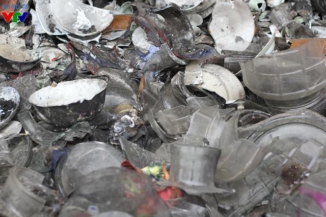 Tài sản, hàng hóa của các tiểu thương chợ Phủ Lý giờ chỉ còn là tro bụi hay những mảnh vỡ vụn thế này.