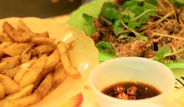Dù chỉ chừng 100m, phố Tạ Hiện lại là nơi đông đúc nhất khu phố cổ với những món ăn vặt ngon với giá bình dân.