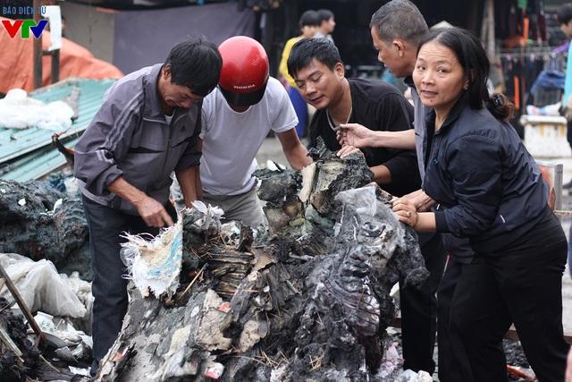Việc thu dọn những tàn tích sau đám cháy đều do người dân ở đây tự tiến hành.
