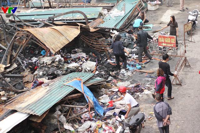 Sau hơn 1 tuần xảy ra đám cháy, các hộ dân ở đây bắt đầu công tác khắc phục hậu quả.
