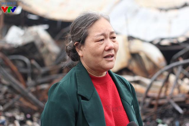 Một tiểu thương đau xót kể lại đêm cháy chợ, bà vẫn chưa hết bàng hoàng khi gian hàng vàng mã của mình hiện không còn gì trong khi đây là nguồn thu nhập chính của gia đình.