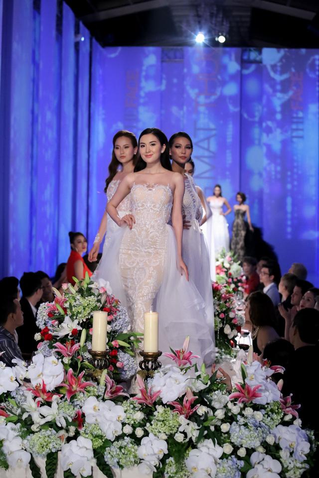 Tập 5 The Face đưa 10 cô gái đến với thử thách catwalk trên bàn tiệc. Giống với phiên bản quốc tế, các thí sinh phải sải bước trên mặt bàn được trưng bày lẵng hoa, nến và rượu...