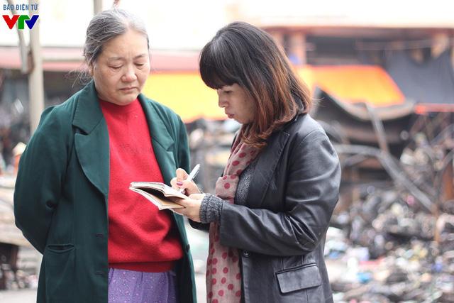 Trước đó, nhóm phóng viên quỹ Tấm lòng Việt đã ghi lại những hình ảnh tan hoang của chợ Phủ Lý sau vụ cháy và trao đổi về những thiệt hại tài sản mà người dân gặp phải.