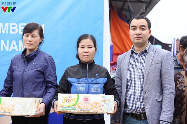 Trước đó, ông Nam cùng nhóm Phóng sự Quỹ Tấm lòng Việt đã có dịp chứng kiến, trao đổi về những thiệt hại nặng nề với bà con tiểu thương.