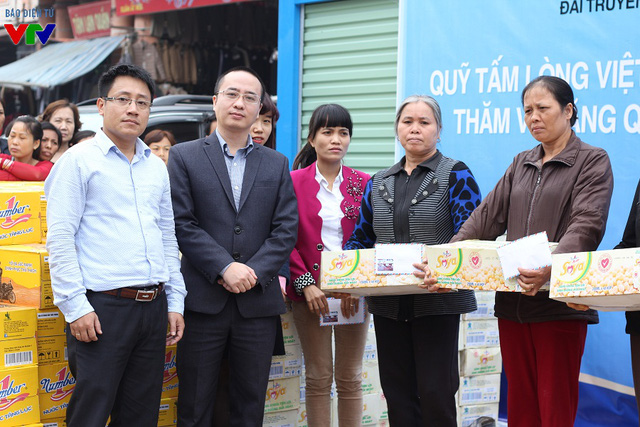 Đại diện chính quyền địa phương chụp ảnh lưu niệm cùng đại diện nhà tài trợ.