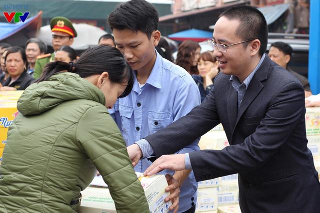 Ông Huy Khôi cho biết: Giá trị mỗi suất quà tuy không nhiều nhưng hy vọng có thể hỗ trợ phần nào được cuộc sống của mọi người, mong các tiểu thương chợ Phủ Lý sớm ổn định lại cuộc sống sau vụ cháy.