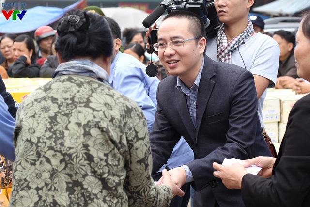 Ông Nguyễn Phan Huy Khôi, đại diện Công ty Tân Hiệp Phát thăm hỏi, động viên các tiểu thương có tài sản bị thiêu rụi trong vụ cháy vừa qua.