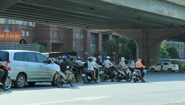 Chưa bước vào cao điểm đợt nắng nóng năm nay, nhiều người dân tại Thủ đô đã cảm thấy khá mệt mỏi khi bước ra đường.