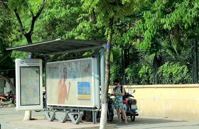 Trạm xe bus trên đường Liễu Giai dù có mái che nhưng vẫn bị nắng rọi vào buổi chiều. Khách chờ xe phải đứng ra phía sau mới tránh được nắng.