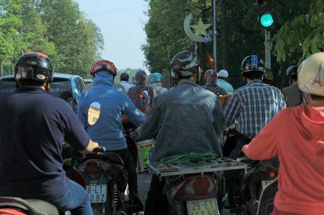 Nắng nóng khiến đường phố Hà Nội trở nên ngột ngạt.