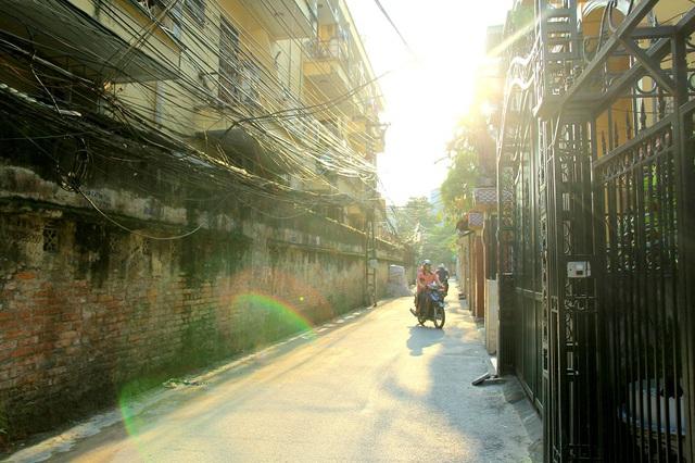 Nắng mạnh vào trưa, chiều khiến phương tiện xe máy, xe đạp điện hay xe đạp ra đường thời điểm này cũng ít hơn.
