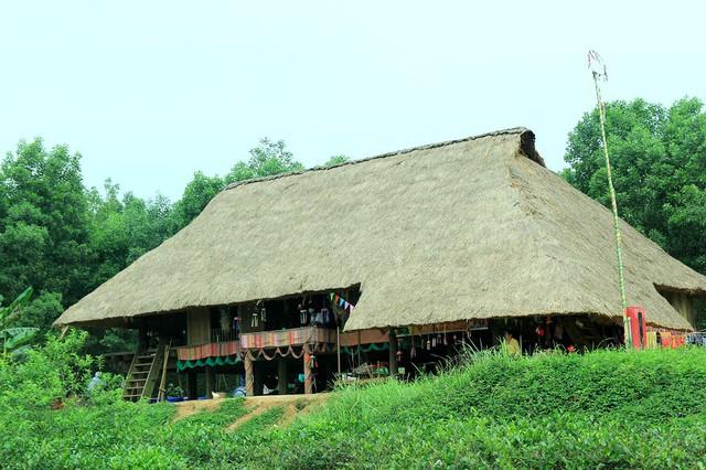 Khu nhà của đồng bào các dân tộc thiểu số được phục dựng tại Làng Văn hóa - Du lịch các dân tộc Việt Nam