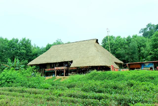 Khu nhà của đồng báo các dân tộc thiểu số được phục dựng tại Làng Văn hóa - Du lịch các dân tộc Việt Nam - Đồng Mô