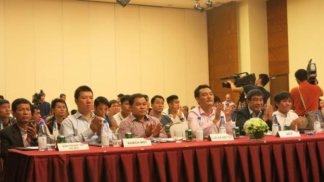 Đại diện LĐBĐ Việt Nam (VFF), Sở VH-TT&DL, LĐBĐ Hà Nội cũng như nhiều CLB chuyên nghiệp và đại diện của 12 đội bóng tại buổi ra mắt giải bóng đá phong trào hạng Nhất lần thứ nhất.