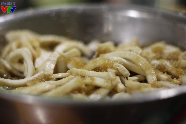 Dừa sau khi nạo được trộn cùng đường kính trắng, sữa tươi cùng các loại hương liệu từ 5-6 giờ để đảm bảo ngấm gia vị.