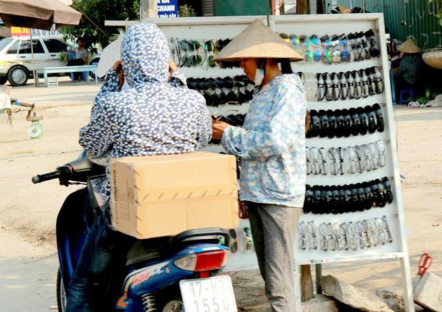 Mặc dù trời nắng nóng nhưng chị Thanh vẫn kiên trì bám trụ vỉa hè, kiếm thêm thu nhập về cho gia đình