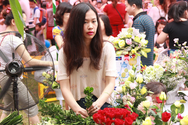 Những cành hoa tươi được cắt tỉa tỉ mỉ và cắm thành từng lẵng khá đẹp mắt