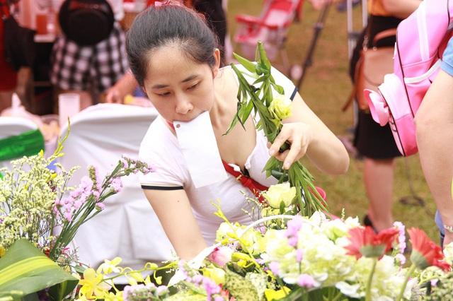 Chị Hoàng Ngân (Hà Đông - Hà Nội) cho biết: Ngày thường, do công việc khá bận nên mình ít cắm hoa tươi trong nhà trừ dịp lễ tết. Hôm nay, có cơ hội trổ tài trong một ngày ý nghĩa thế này, mình cảm thấy rất hứng khởi.
