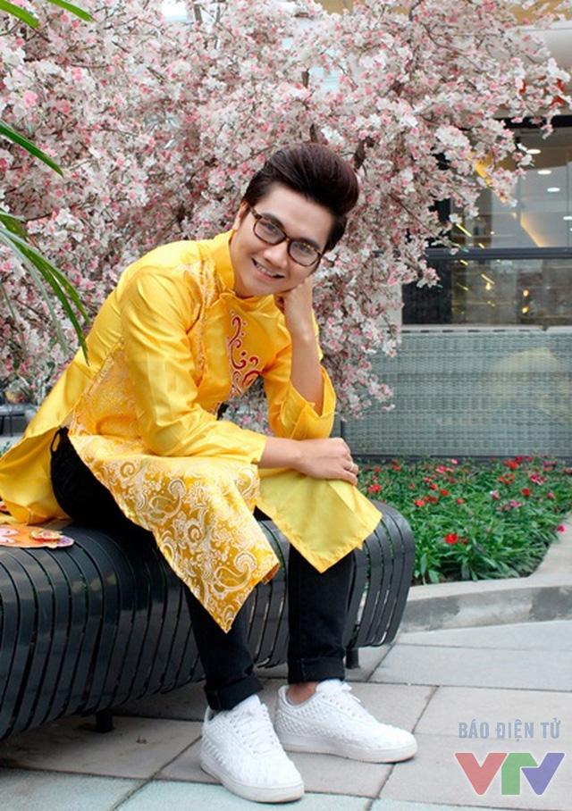 Công Tố mặc áo dài tại Aeon mall Long Biên.