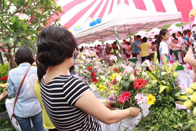 Các mẹ đều chăm chút cho lẵng hoa của gia đình mình trong khi chờ chấm điểm