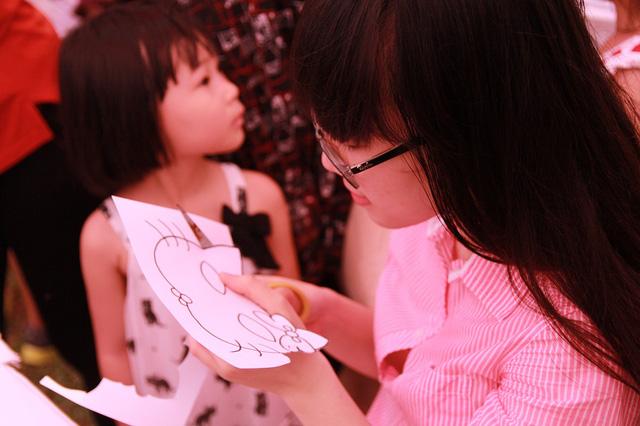 Với sự sáng tạo của bản thân, các em đã tạo ra được những tấm thiệp đầy màu sắc và bắt mắt