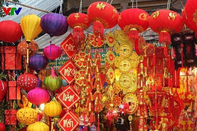 Tới phố Hàng Mã những ngày này, có thể cảm nhận được không khí Tết đã đến thật gần. Cả con phố được phủ kín bởi màu sắc rực rỡ của đèn lồng, dây kim tuyến trang trí và những đồ vàng mã phục vụ cho ngày Tết.