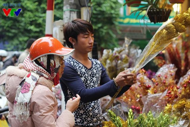 Giá của các loại hoa giả cũng khá mềm, chỉ từ vài chục đến vài trăm nghìn đồng, lại có màu sắc đẹp và giữ được lâu nên được khá nhiều người mua về trang trí.