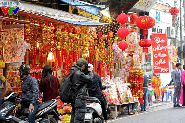 Nhiều người tới phố Hàng Mã những ngày này để lưu lại những khoảnh khắc đẹp và ấn tượng.