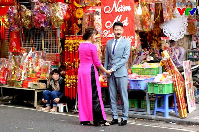 Nhiều cặp đôi cũng chọn Hàng Mã làm địa điểm cho bộ ảnh cưới dịp Tết của mình.