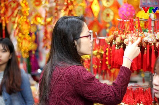 Những dây trang trí màu đỏ nhằm cầu mong sự may mắn trong năm mới có giá từ 20.000 đồng - 50.000 đồng tùy kích thước, độ dài hay ngắn.