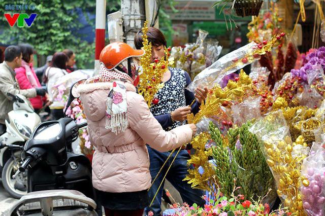 Bên cạnh đó, các loại hoa giả, hoa nhựa trang trí nhà cửa, bàn thờ ngày Tết cũng là mặt hàng xuất hiện khá nhiều trên phố Hàng Mã.