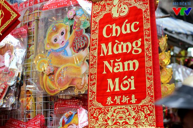 Câu đối đỏ hay hình ảnh chú khỉ - biểu tượng cho năm mới Bính Thân sắp đến là những mặt hàng bán khá chạy những ngày qua.