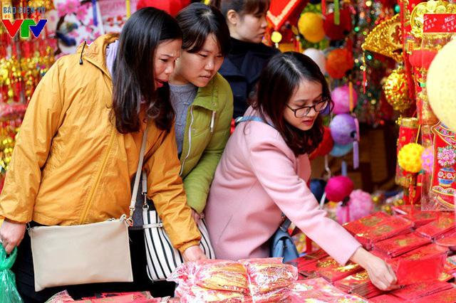Phong bao lì xì ngày đầu năm mới cũng được nhiều người lựa chọn. Theo ghi nhận, có 2 loại phong bao được bày bán, một loại được sản xuất trong nước, loại còn lại được nhập về từ Trung Quốc, giá cho mỗi tệp nhỏ (6 chiếc) khoảng 15.000 - 20.000 đồng và tệp to từ 30.000 - 35.000 đồng.
