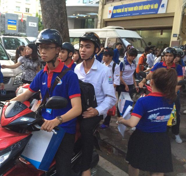 24 thí sinh tại Hà Nội có gia đình hoàn cảnh khó khăn được chương trình Cùng bạn đi thi hỗ trợ hết sức trong việc đưa đón và ăn ở.