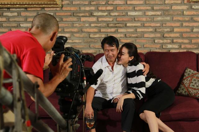 Phía sau cảnh quay hai diễn viên Đức Sơn và Cao Thái Hà đóng cảnh tình tứ.