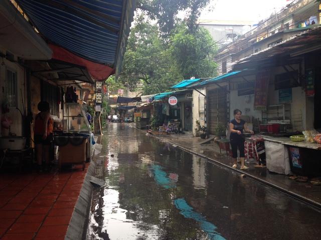 Tại phường Nghĩa Tân, nhiều nơi ngập trong nước, dù nước có rút bớt nhưng vẫn tràn hết lên vỉa hè