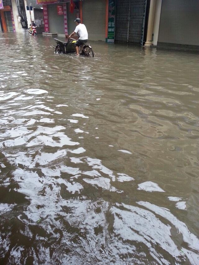 Trên đường Tân Mai, nước ngập đến tận đầu gối khiến nhiều xe chết máy