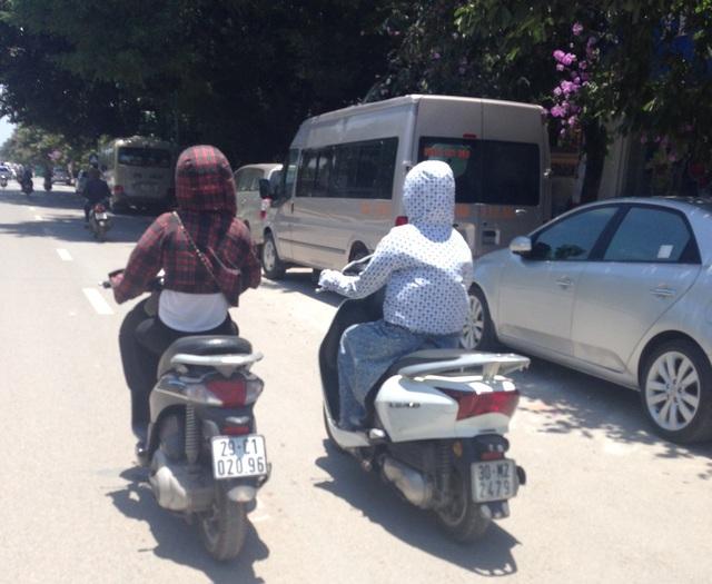 Các chị em bịt kín người khi ra đường để trắng nắng gắt