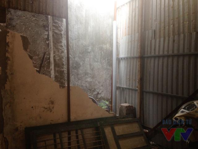 Trong quá trình thi công, có một số nhà bị nứt tường và phải ghè chống để tránh đổ