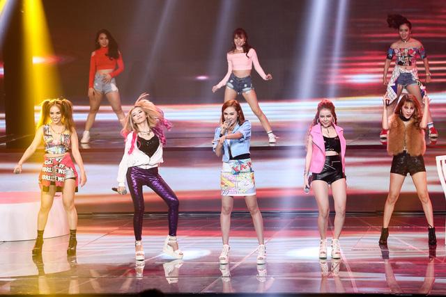 S Girls mở màn đêm bán kết với ca khúc Quán quen sôi động.