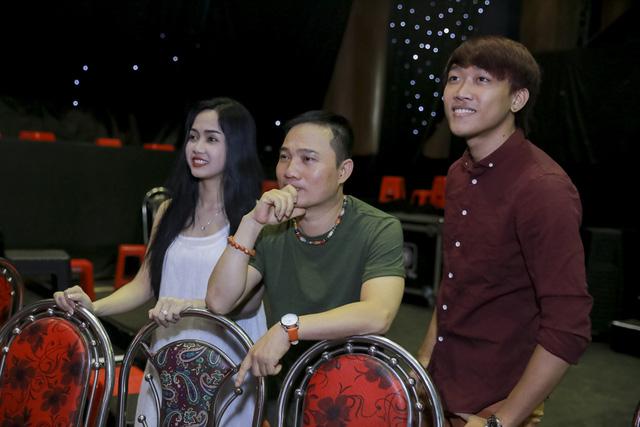 Đội Quang Linh theo dõi các đội khác luyện tập