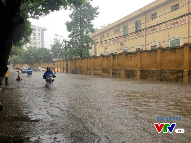 Nhiều tuyến phố bị ngập trong nước do mưa lớn kéo dài nhiều giờ liền